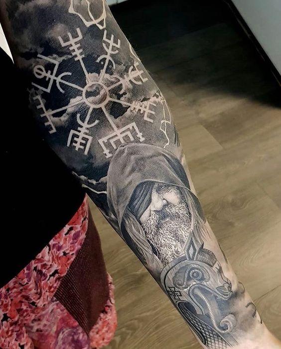 25 tatouages vikings avec des symboles nordiques autour. Black Bedroom Furniture Sets. Home Design Ideas