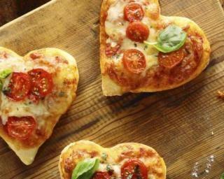 Mini pizzas tomate-basilic pour la Saint-Valentin