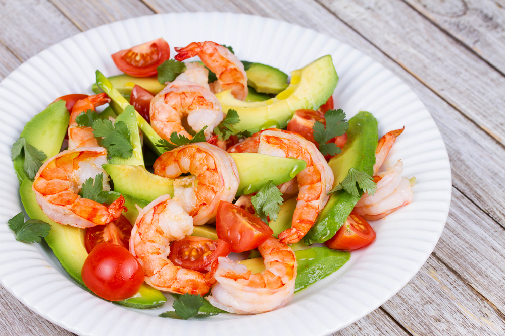 salade grecque de tomates, avocats et crevettes