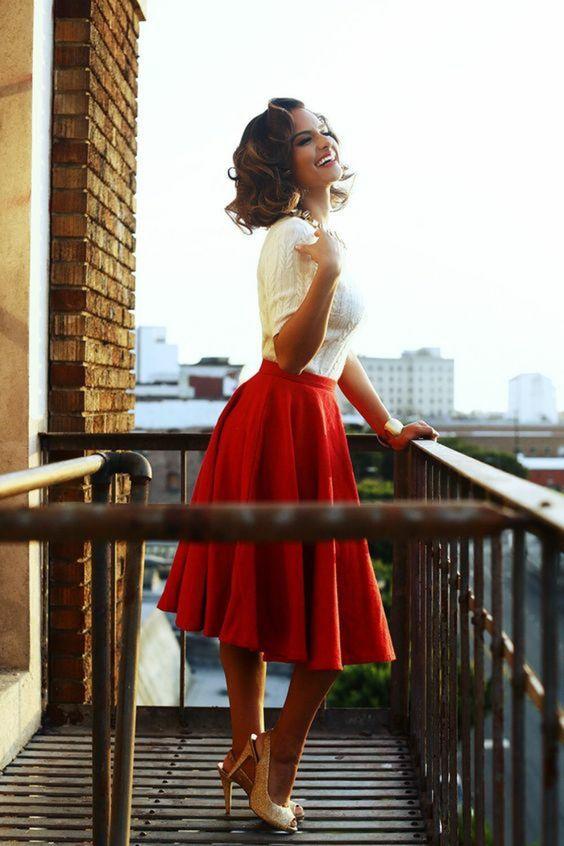 Femme en robe rouge signification
