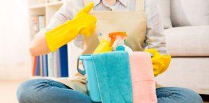 Enlevez la colle avec le vinaigre et le savon