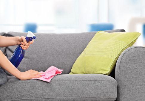 L'alcool ménager pour nettoyer un fauteuil en tissu