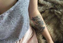 Quelle est la signification du tatouage rose noire