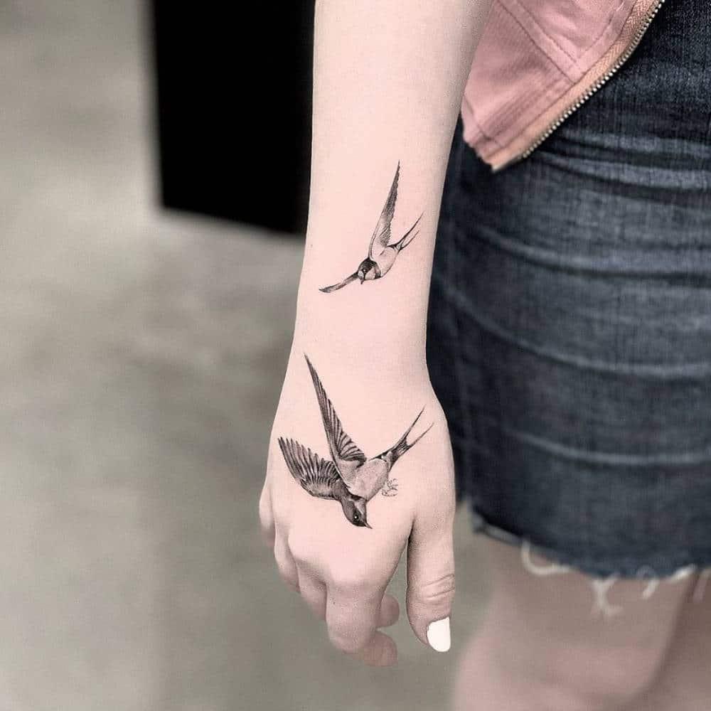 tatouage hirondelle qui s'envole 3