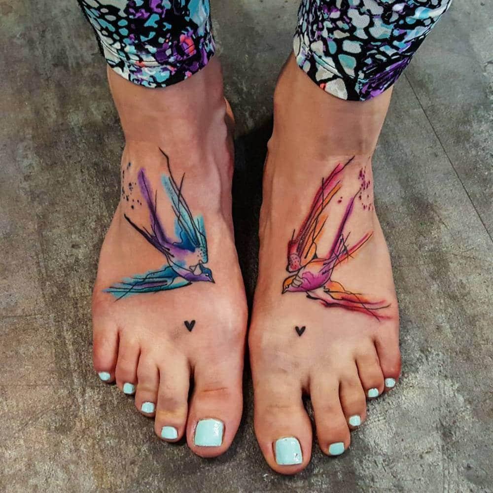 tatouage hirondelle pied