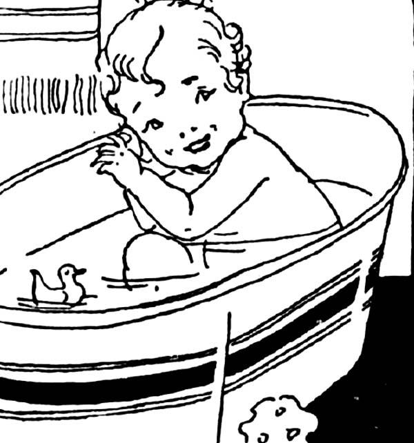 Bébé mignon dans le bain avec coloriage de canard en caoutchouc