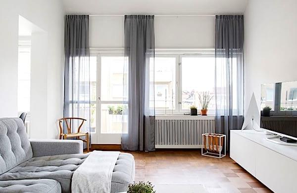 Accrochez les rideaux le plus haut possible pour donner l'impression d'avoir de grandes fenêtres