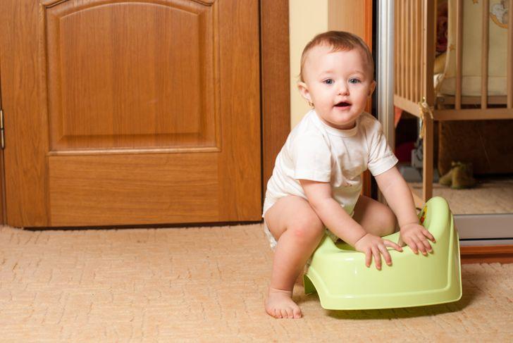 Apprendre au bébé à utiliser le pot trop tôt