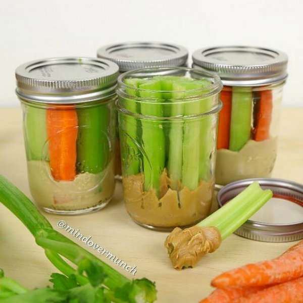 Bâtonnets de légumes avec beurre de cacahuètes et houmous
