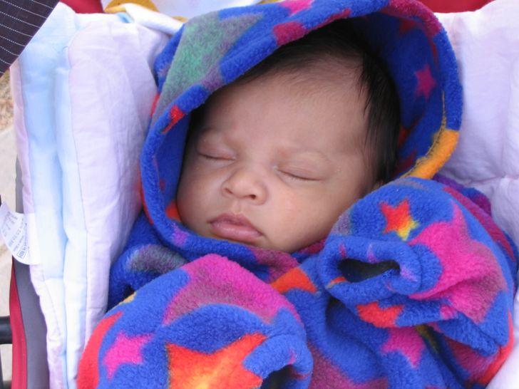Couvrir le bébé quand il a les pieds et les mains froides
