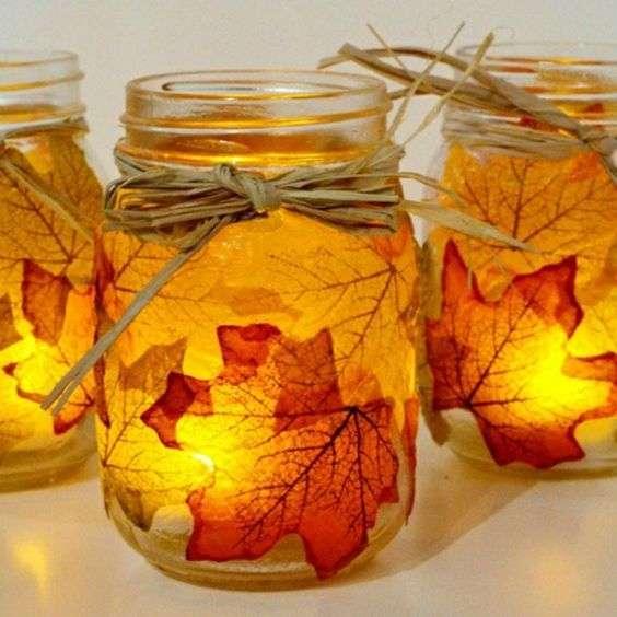 Des bougeoirs d'automne faits de vieux pots et de feuilles d'automne conservées