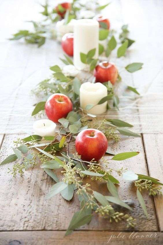 Des pommes rouges, des feuilles d'arbre et le tour est joué
