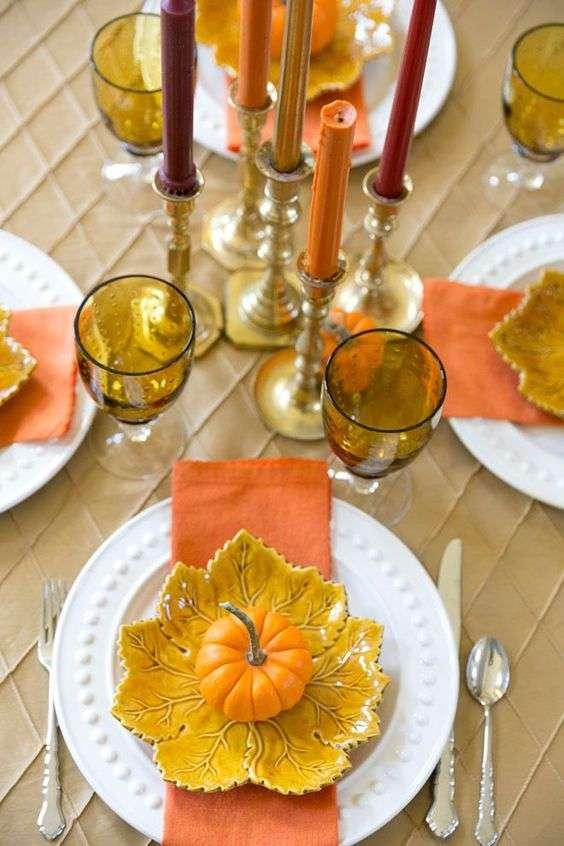 Des tons chauds et citrouilles pour donner une touche automnale à votre déco de table