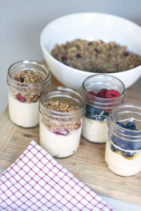 Encas de yaourt aux fruits frais granola et miel