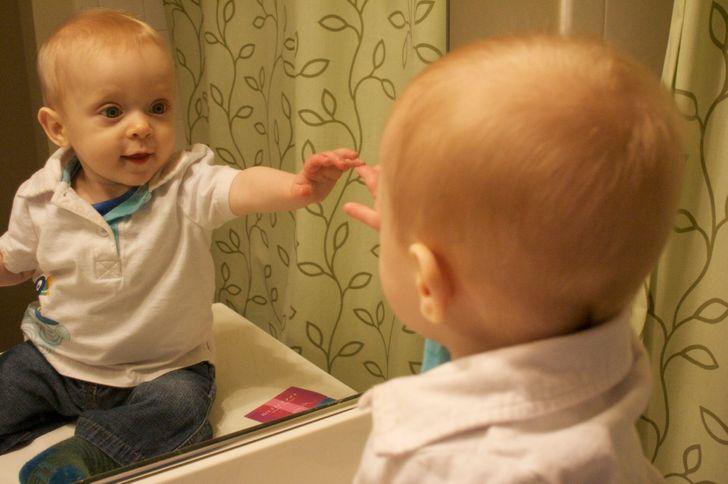 Éviter que l'enfant ne se voie dans le miroir à cause des superstitions populaires