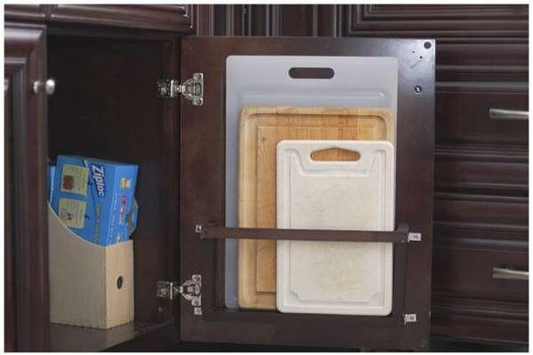 Exploitez l'espace sur la porte de l'armoire de la cuisine pour ranger les planches à découper