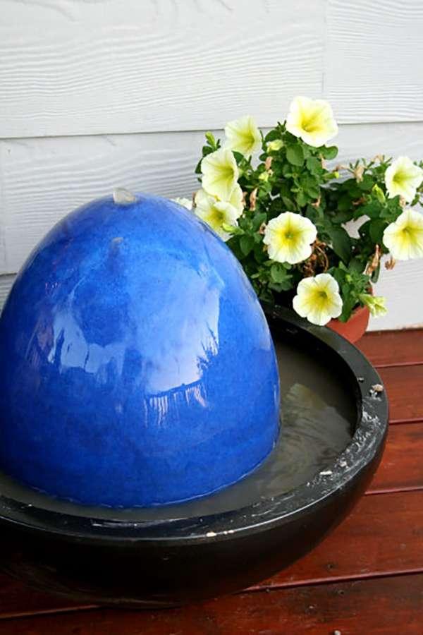 Fontaine d'eau en œuf bleu marbré