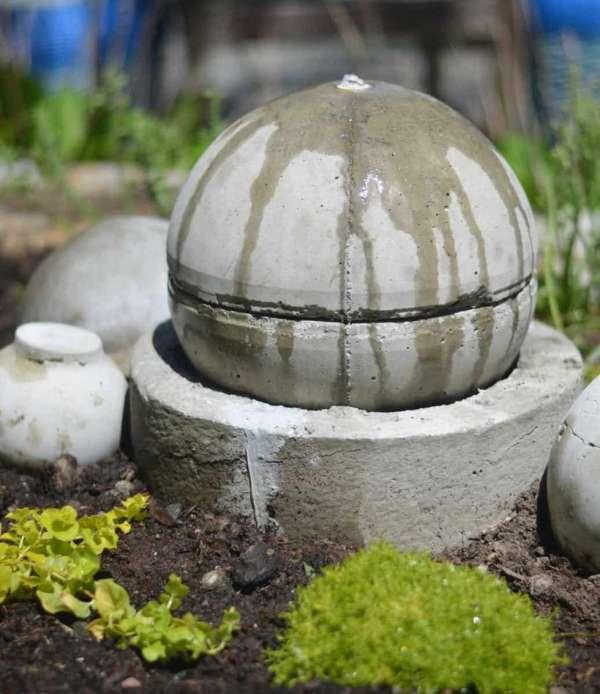 Fontaine faite d'un vieux globe terrestre en plastique