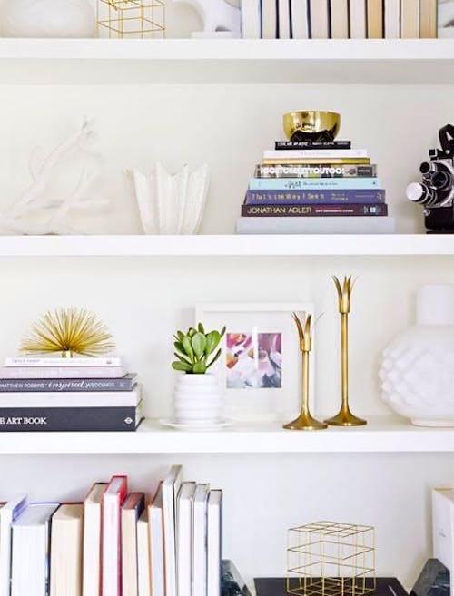 Glissez vos documents importants derrière une rangée de livres