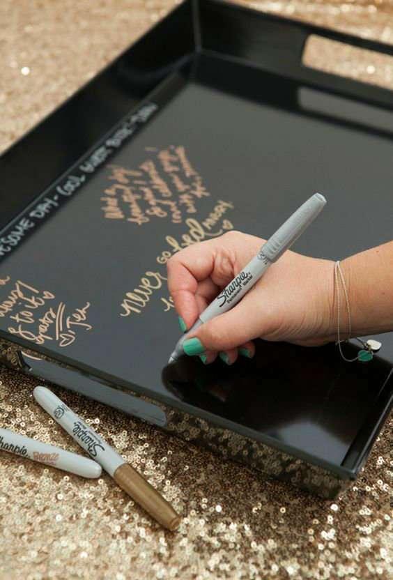 Laissez vos invités vous écrire une dédicace sur un plateau spécialement fait pour