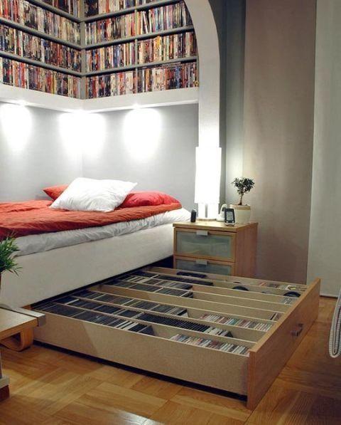 Les étagères au-dessus du lit