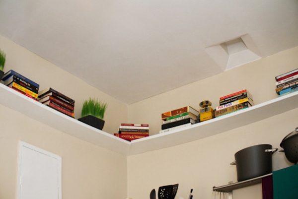 Les étagères sous le plafond