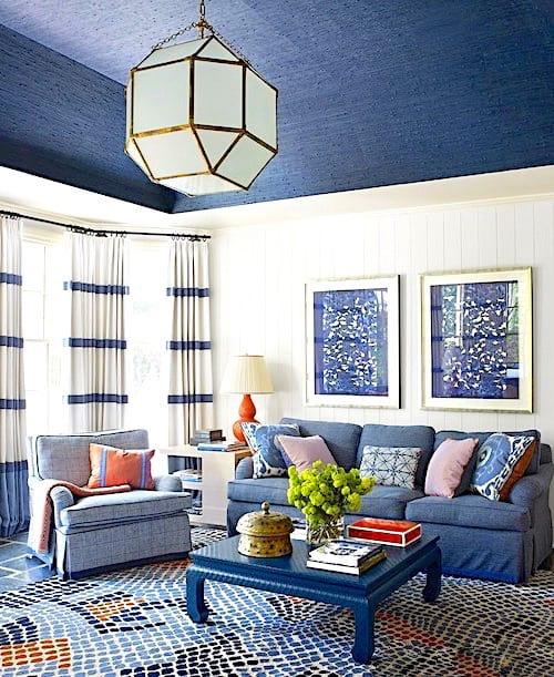 Peignez le plafond avec une couleur foncée pour agrandir une pièce