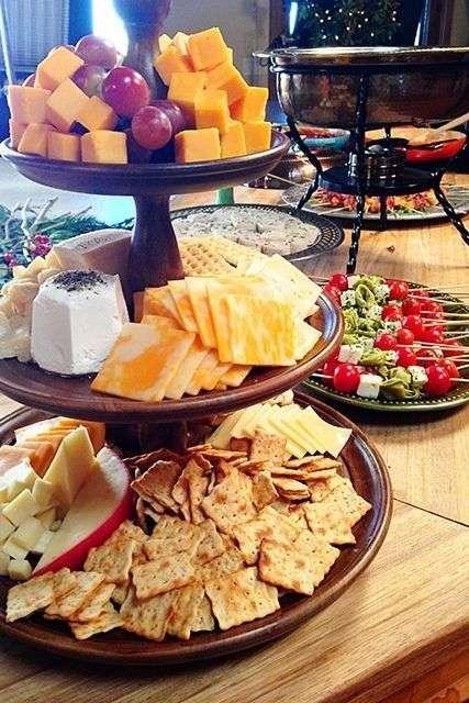 Présentez un plateau de fromages et de biscuits salés à grignoter