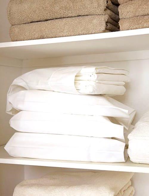 Rangez vos parures de lit dans des taies d'oreiller