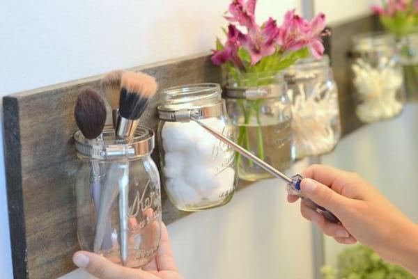 Recyclez des bocaux en rangements pour la salle de bain