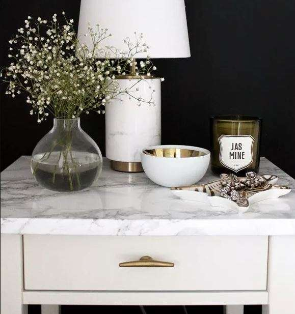 Transformez votre table de nuit avec du papier adhésif