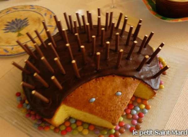 Un gâteau hérisson avec des Mikado et des Smarties