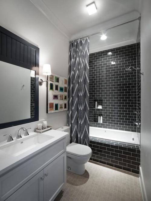 Un long rideau de douche donne l'impression d'avoir une salle de bain plus grande