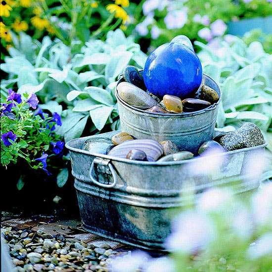 Un seau galvanisé et des roches de rivière pour faire cette sublime fontaine