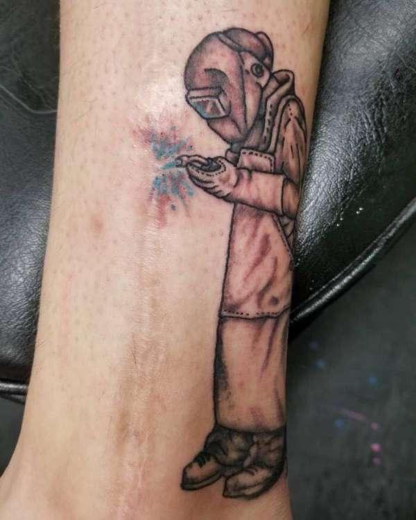 Un tatouage soudeur entrain de travailler pour cette cicatrice