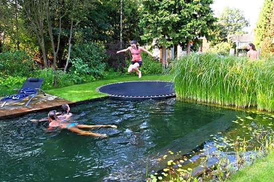 Un trampoline pour profiter de la piscine
