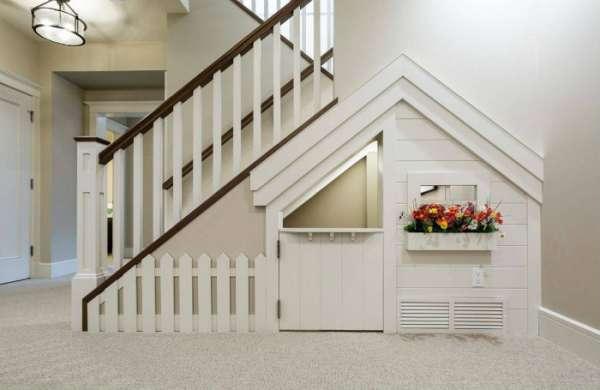 Une maisonnette qui remplit l'espace sous l'escalier