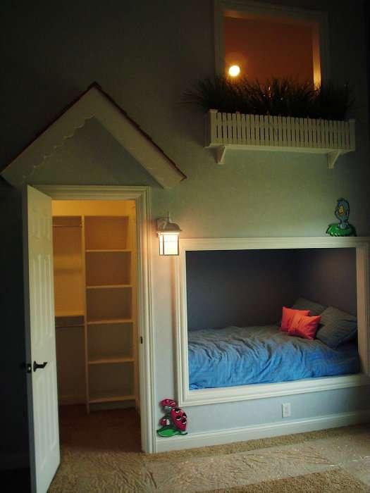 Une petite maison qui exploite chaque recoin de la chambre de votre enfant