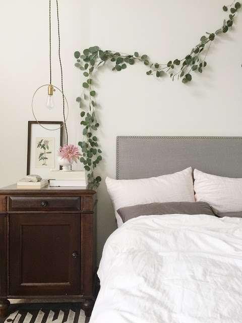 Utilisez une branche d'Eucalyptus pour décorer le mur