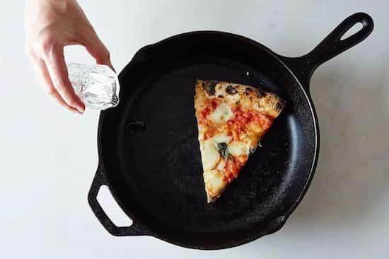 ajouter-eau-dans-poele-avec-pizza