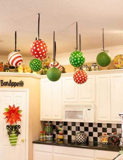 ballons-vert-rouge-accroche-plafond-dans-cuisine