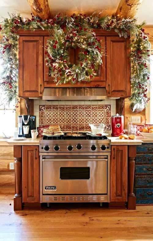 grosse-guirlande-verte-rouge-au-dessus-four-cuisine