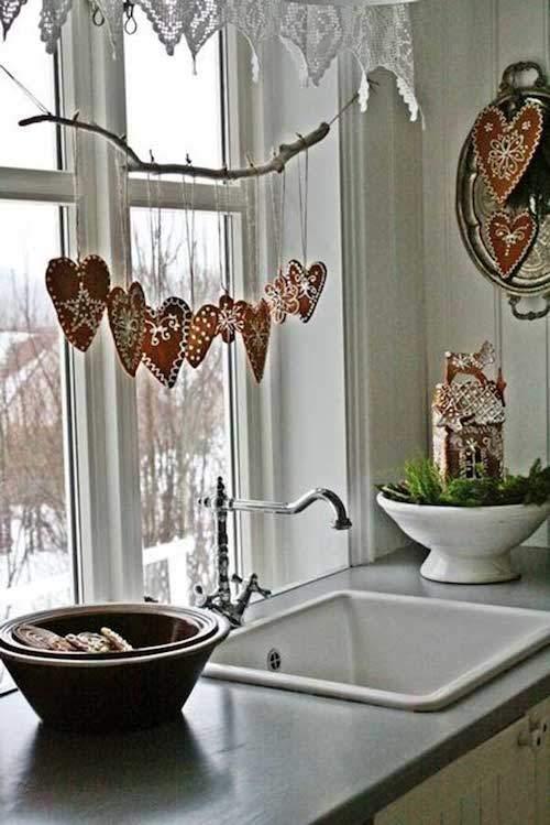 guirlande-en-bois-avec-coeur-accrochee-fenetre-cuisine