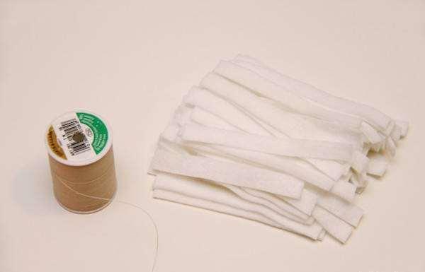 Couper les longues bandes de feutre blanc d'environ 1 cm de large