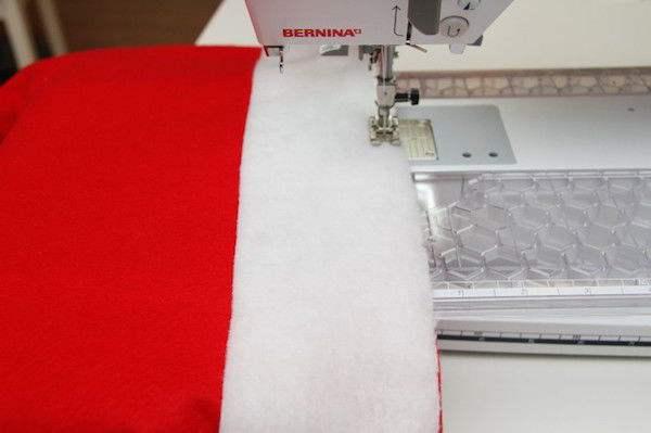 Couser les deux couches de tissu ensemble en laissant une marge d'environ 0,5 cm