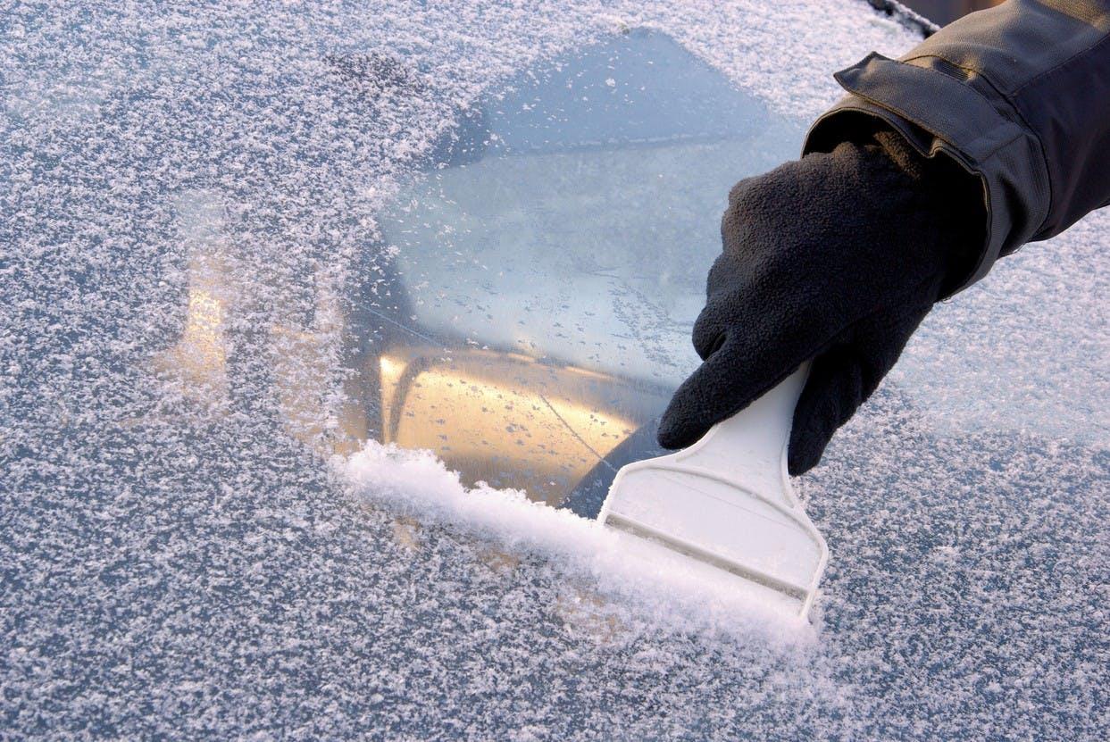 Pare-brise gelé Astuce inouïe pour éviter le gel sur votre voiture