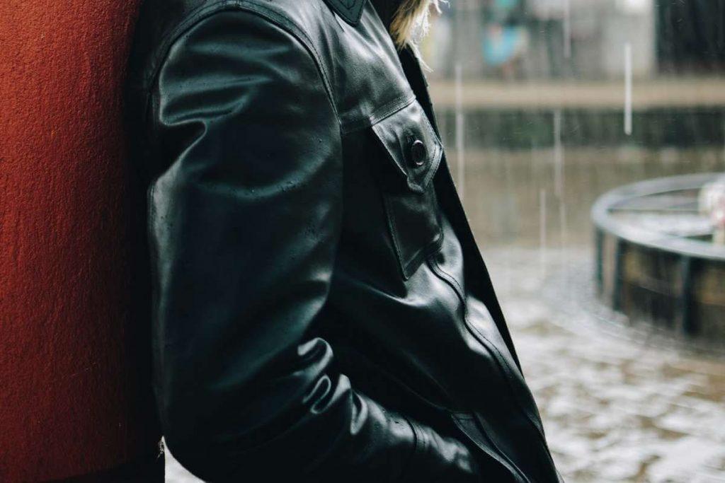 Veste en cuir a pris la pluie